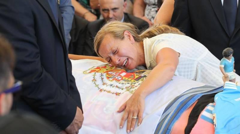 Antonella Leardi abbraccia il feretro del figlio Ciro Esposito, avvolto nel drappo borbonico (foto di pubblico dominio come specificato su dagospia.com).