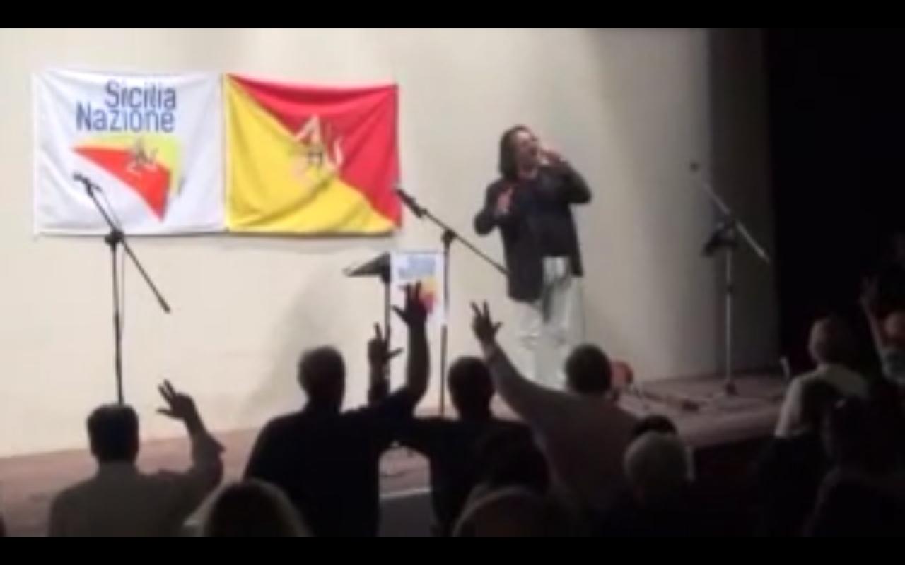 Carlo Muratori canta Sicilia patria mia a Palermo (foto riprodotta col permesso dell'autore Fonso Genchi).